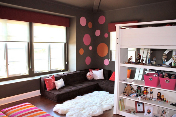dark purple kids bedroom, pink accents, pink and orange circle wall decalsw, purple-black sectional, plush white area rug