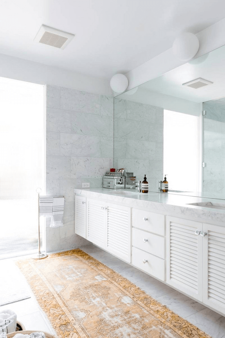 A MODERN BATHROOM WITH WHITE MARBLE TILE AND VINTAGE RUG - Concepts ...